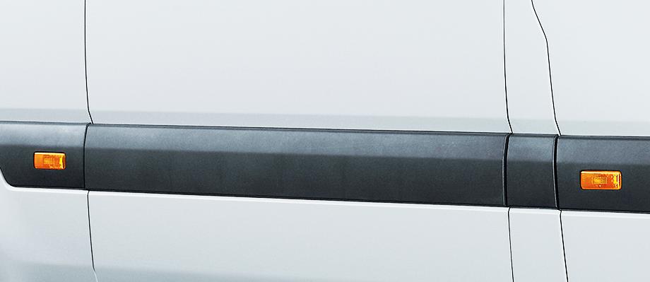 Đèn hông Được trang bị dọc 2 bên tăng tính thẫm mỹ và an toàn.