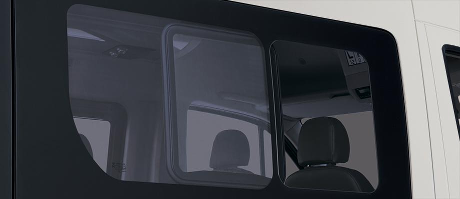 Kính khoang hành khách Loại kính liền, trang bị cửa sổ mở dạng trượt.