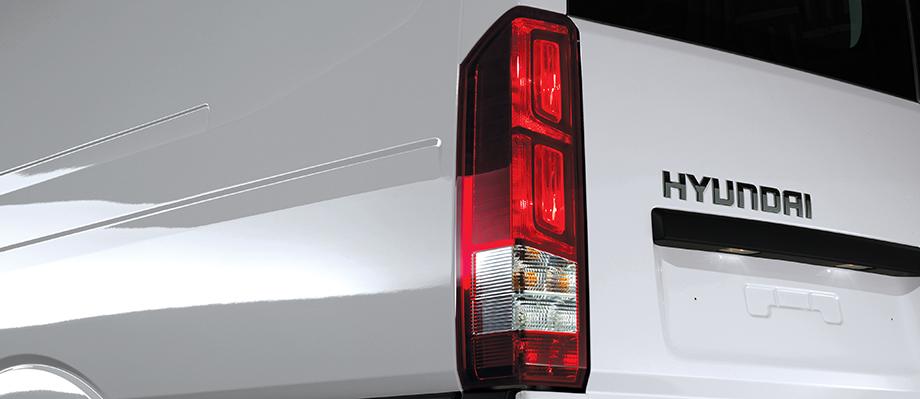 Cụm đèn phía sau Thiết kế dạng liền khối, thẩm mỹ và mạnh mẽ.