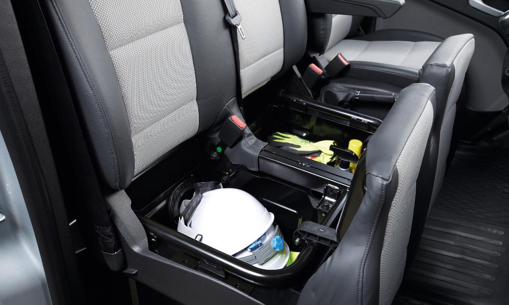 Ngăn chứa đồ : Ghế hành khách trang bị ngăn đựng tài liệu và vật dụng.