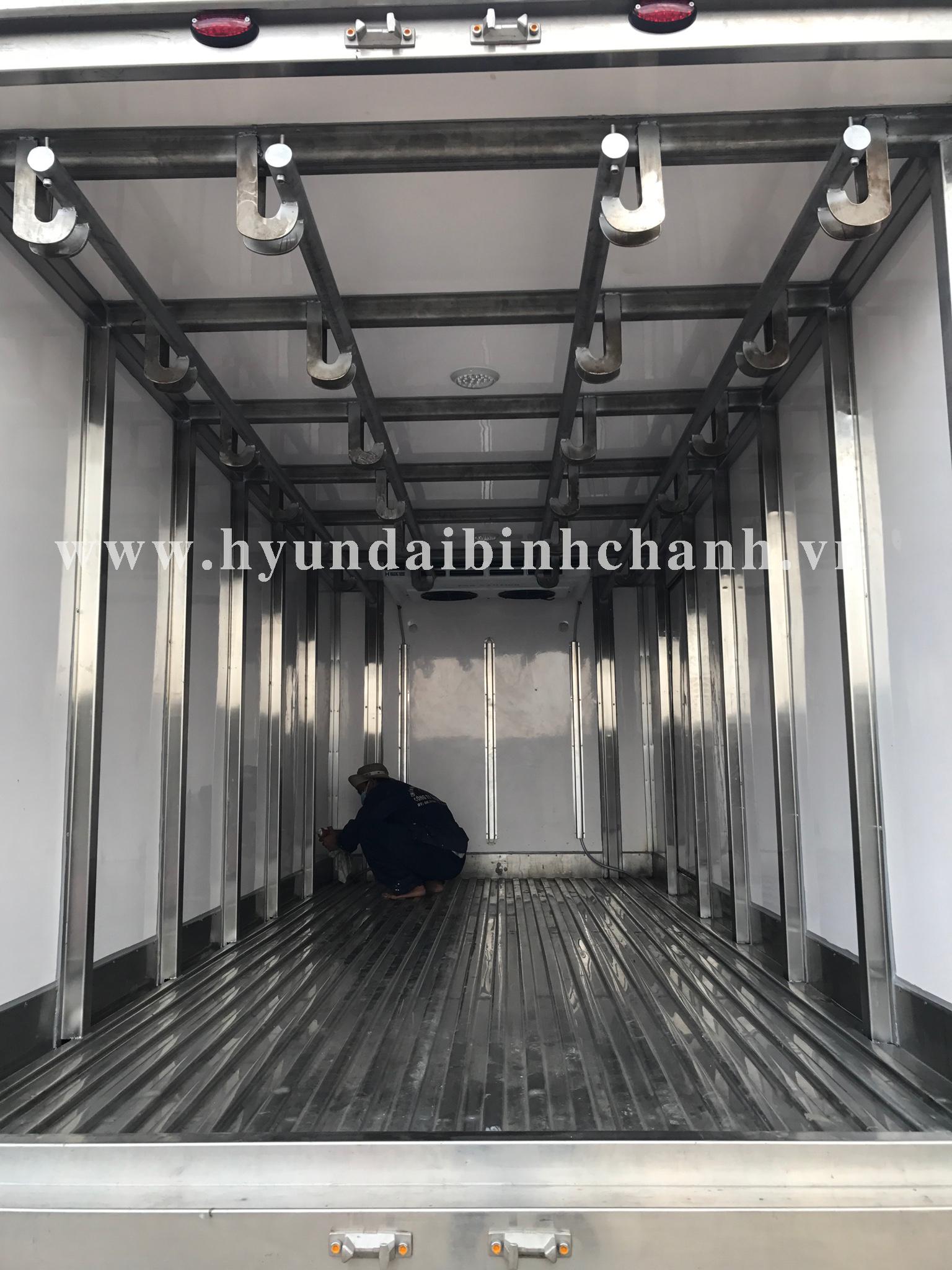 hyundai-hd99-dong-lanh-cho-thit-heo Thùng đông lạnh Hyundai HD99 có khung treo thịt heo | Hyundai Bình Chánh